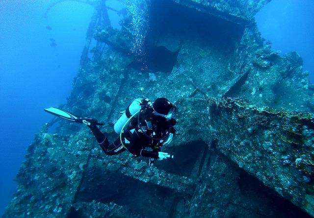 potápěč u vraku.jpg