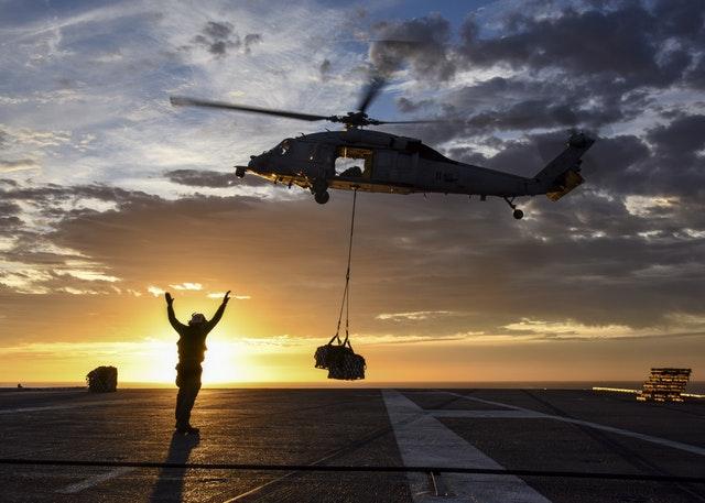 vrtulník skládá náklad