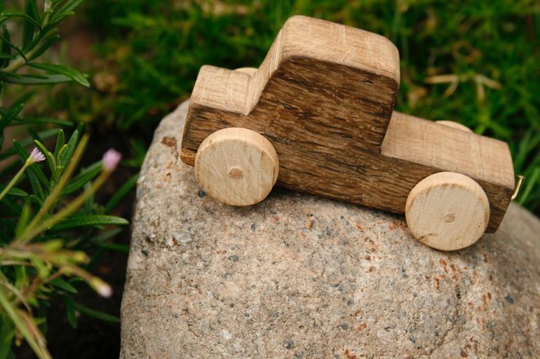 Obyčejné dřevěné autíčko