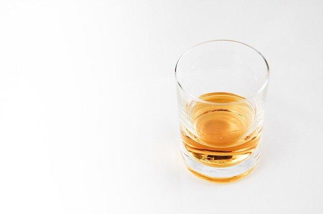alkohol v poháru